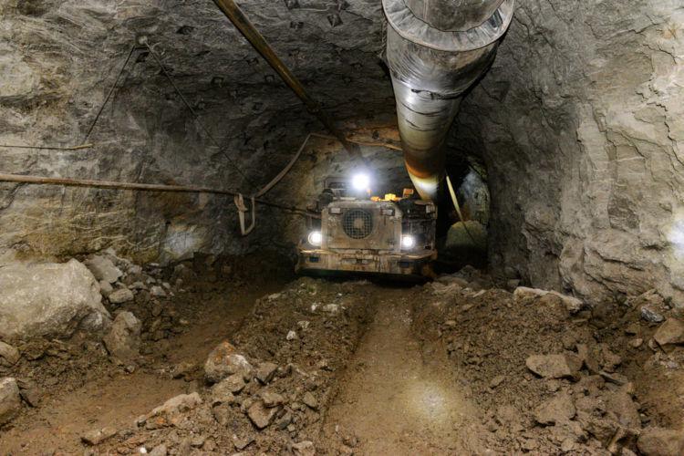 A lavra subterrânea retira o minério distante da superfície.
