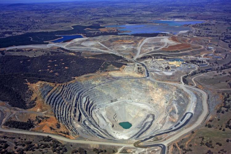 A lavra a céu aberto retira o minério próximo à superfície.