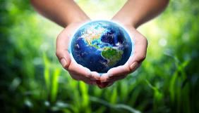 Mãos com o planeta Terra