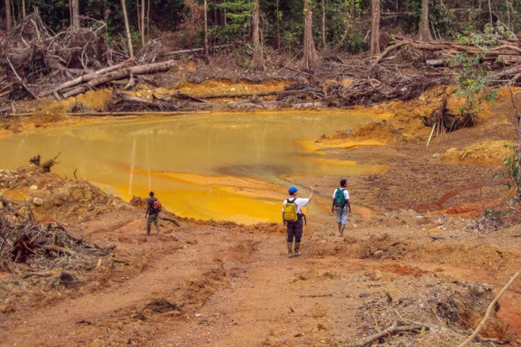 A mineração do ouro muitas vezes forma um depósito de lama com concentração de substâncias capazes de contaminar o solo.