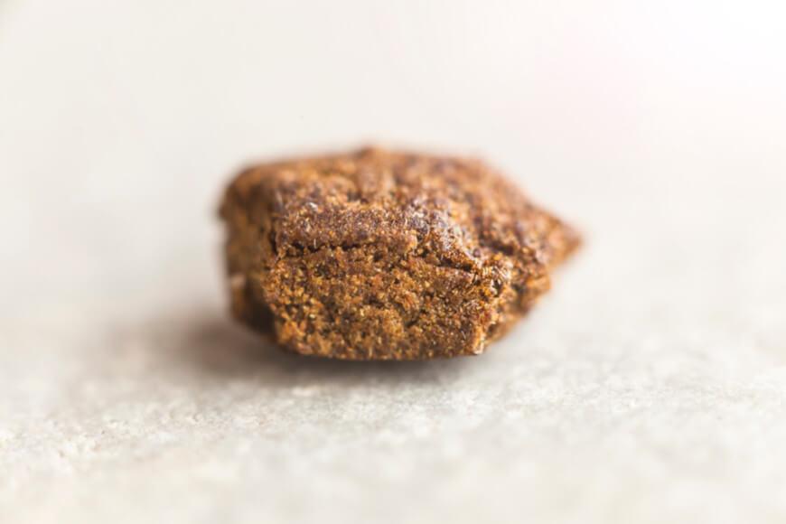 O haxixe é produzido a partir da extração de uma resina de inflorescências da maconha, depois de seca e prensada. Apresenta alta concentração de THC.