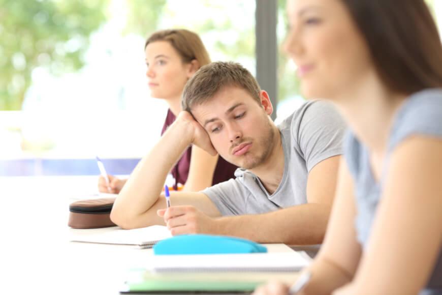 O transtorno de deficit de atenção e hiperatividade é caracterizado principalmente pela falta de atenção, hiperatividade e impulsividade.