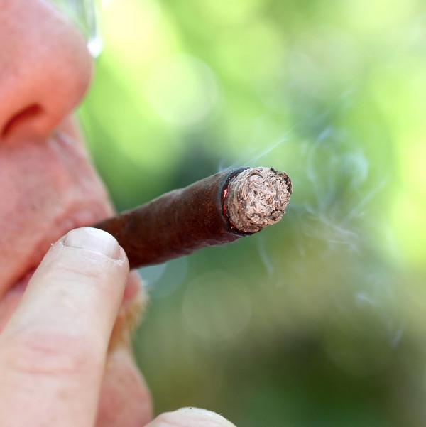 O câncer pode ser causado devido à exposição a alguns fatores de risco, um exemplo desses é o tabagismo.