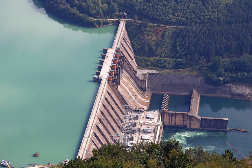 A construção de barragens altera as características dos corpos d'água, afetando, assim, todo o ecossistema aquático.