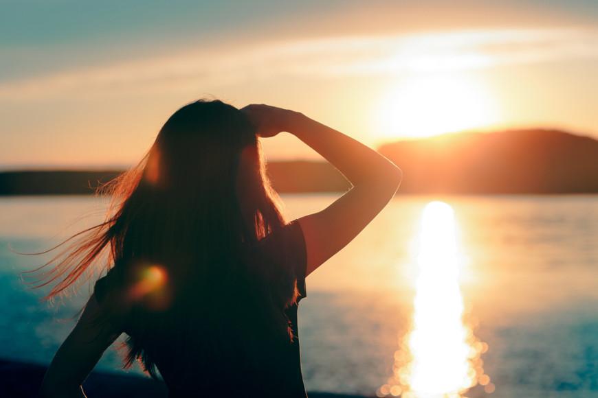A exposição solar é uma boa forma de prevenção contra o raquitismo, pois auxilia na síntese de vitamina D.