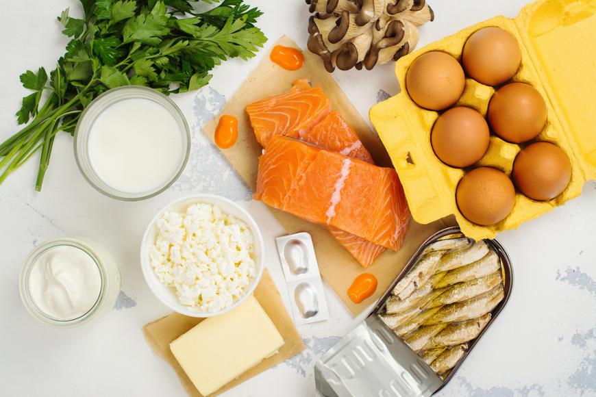 A vitamina D pode ser encontrada em alimentos como derivados do leite, gemas de ovos e peixes, como salmão e sardinhas.