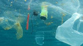 Lixo flutuando dentro do oceano