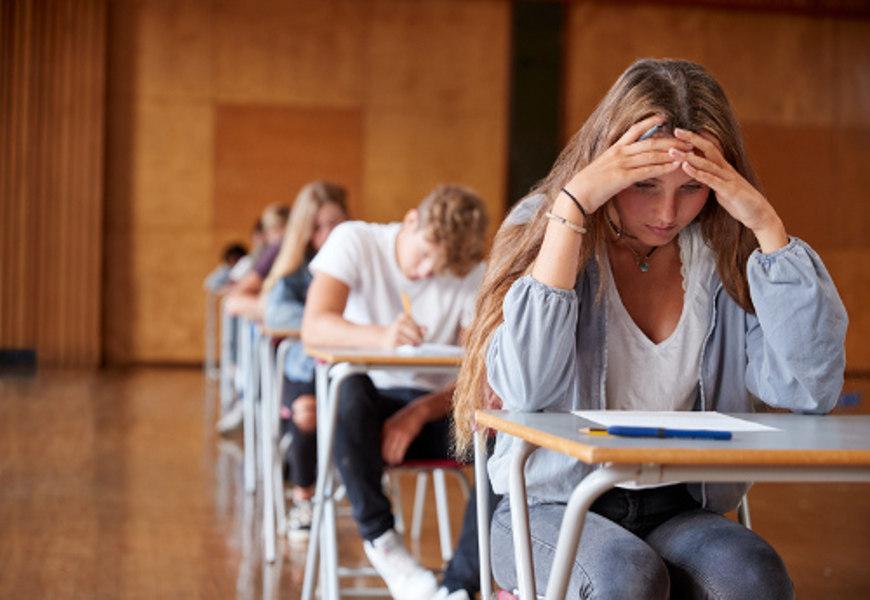 Os pais devem ficar atentos aos sintomas da depressão na adolescência. Entre esses sintomas, podemos destacar o baixo rendimento escolar.