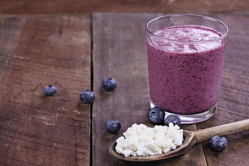 Para consumir o kefir, basta adoçar ou, ainda, adicionar frutas.
