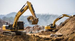 Escavadeiras retirando terra