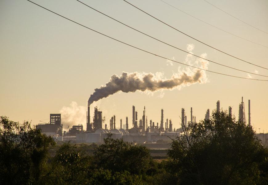 O aumento da emissão de gases de efeito estufa na atmosfera, por meio das atividades industriais, por exemplo, é responsável pelo aquecimento global.