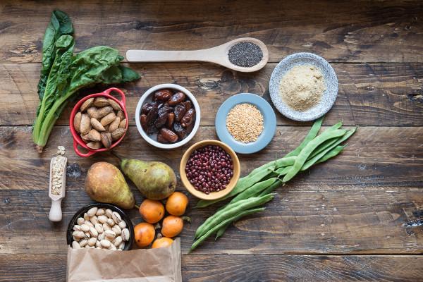 As fibras são encontradas principalmente em alimentos de origem vegetal, como frutas, verduras, cereais e legumes.