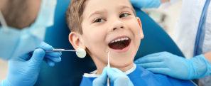 Menino sendo atendido por dentista