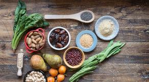 Alimentos ricos em fibra sob mesa de madeira