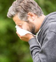 Homem espirrando