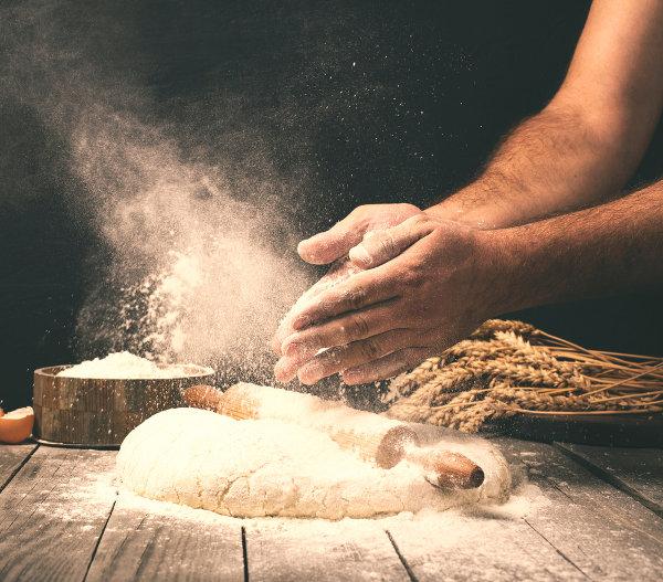 O glúten, presente em diversos grãos, é bastante utilizado na panificação devido à elasticidade que confere às massas.