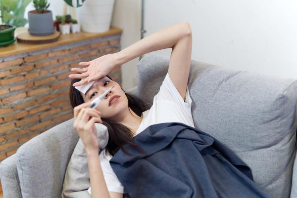 Febre aguda, icterícia e hemorragias são sinais de febre hemorrágica.