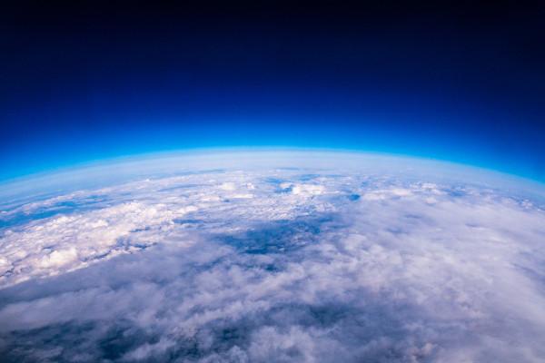 O oxigênio é um elemento de extrema importância. Ele está presente na camada de ozônio e é essencial para a existência da vida na Terra.