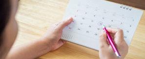 Mulher circulando um dia no calendário