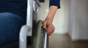 Close de indivíduo sentado em cadeira de rodas