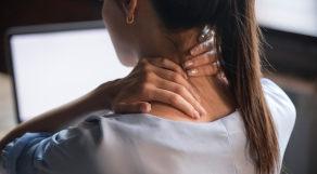 Mulher de costas com mãos no pescoço