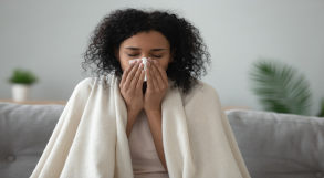 mulher limpa o nariz