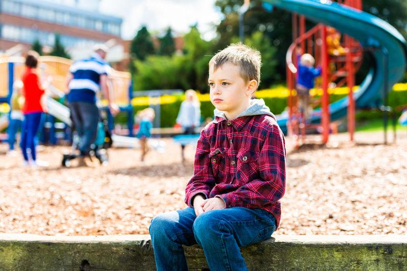 Uma das principais características do autismo é a dificuldade de interação social.