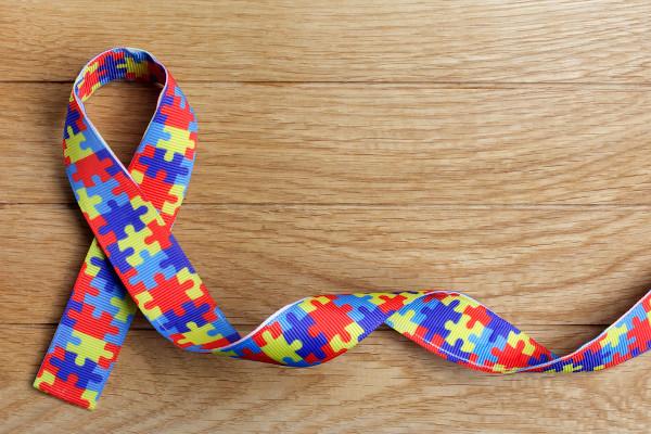 A fita quebra-cabeças é o símbolo mundial de conscientização do Transtorno do Espectro Autista.