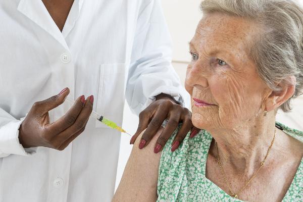 Idosos com 60 anos ou mais devem ser imunizados contra a gripe.