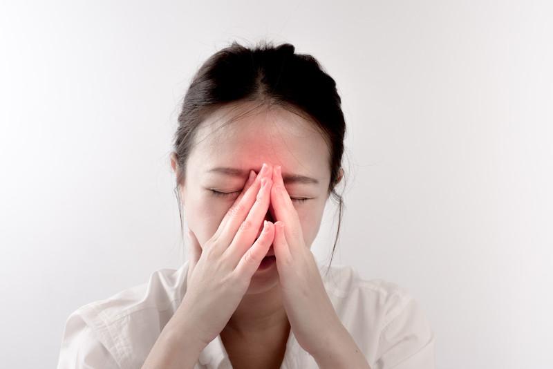 Um dos sintomas da rinossinusite é a dor de cabeça na região dos seios paranasais.