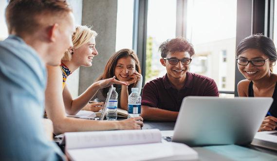 Estudantes em frente à computador