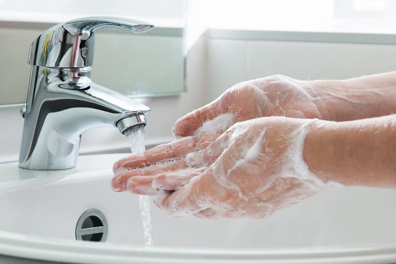 Lavar as mãos repetidas vezes é uma das compulsões apresentadas pelo Transtorno Obsessivo-Compulsivo (TOC).