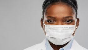 Mulher usa da máscara de proteção