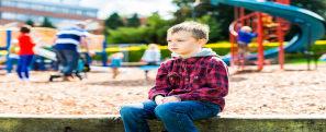 Menino sentado no parque