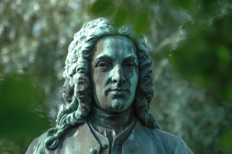 Carolus Linnaeus, o pai da taxonomia moderna, desenvolveu o sistema de nomenclatura binomial e um sistema hierárquico de táxons.
