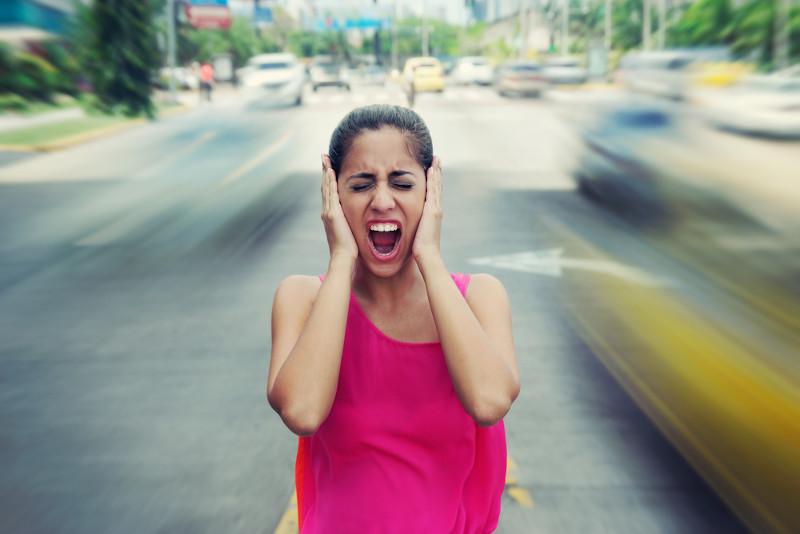 A poluição sonora pode desencadear irritação, insônia e até mesmo problemas auditivos.