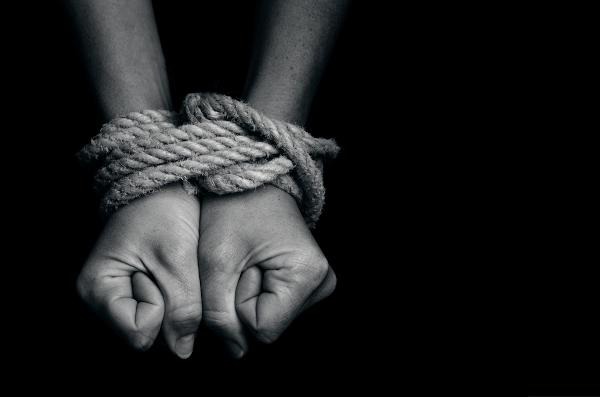 A Síndrome de Estocolmo caracteriza-se pelo surgimento de uma relação afetiva entre vítima e sequestrador.