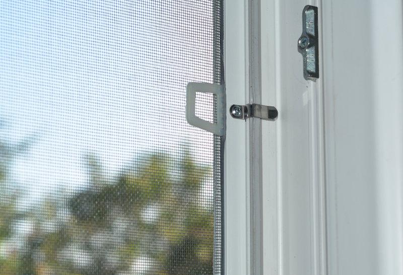 Telas de proteção contra mosquitos em casas em regiões de matas ajudam na prevenção contra a leishmaniose.