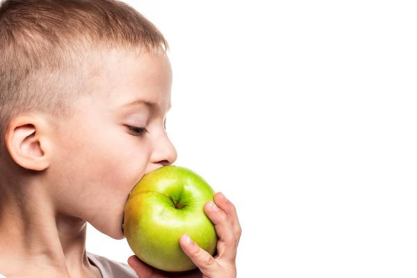As frutas devem ser consumidas, sempre que possível, com casca.