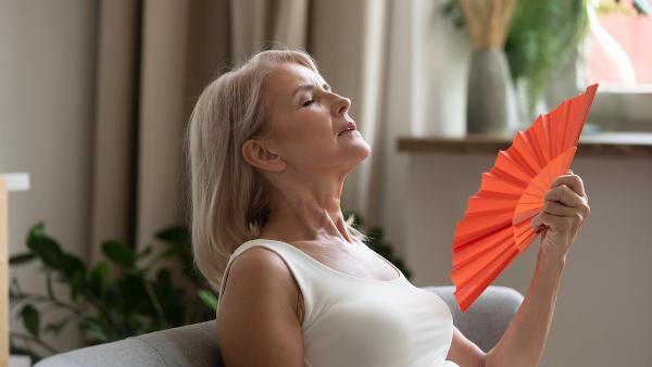 Ondas de calor, conhecidas como fogachos, são o sintoma mais sentido durante o climatério, sendo relatado por 75% das mulheres.