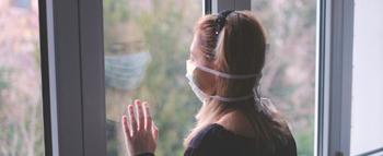 Mulher distanciada atrás de vidro
