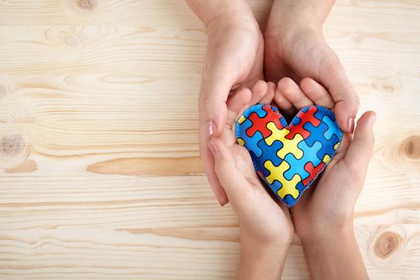 O quebra-cabeça colorido utilizado para representar o transtorno do espectro autista é uma referência à sua complexidade.
