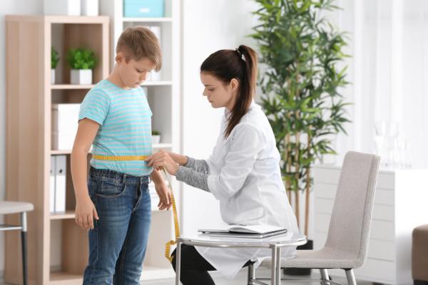 A obesidade infantil é um problema que necessita de acompanhamento médico, pois pode desencadear complicações graves.