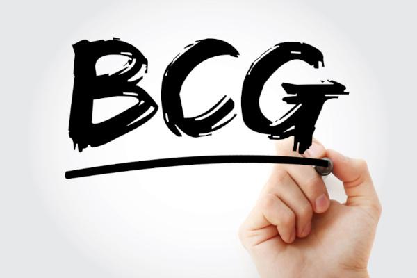 A vacina BCG (Bacilo de Calmette-Guérin) recebe esse nome, pois foi desenvolvida por Albert Calmette e Camille Guerin.