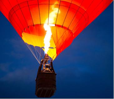 O ar, ao ser aquecido, aumenta de volume e sua densidade diminui, fazendo o balão subir