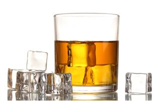 Imagem de gelo em bebida alcoólica