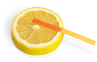 Papel de tornassol fica vermelho em contato com limão ácido