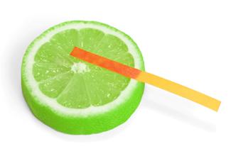 O suco de limão é ácido, seu pH é cerca de 3