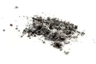 As cinzas do cigarro contêm óxido de potássio, um óxido básico