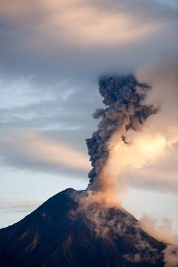 Uma erupção vulcânica lança grande quantidade de aerossóis na atmosfera, elevando o albedo planetário e gerando um resfriamento que pode durar décadas